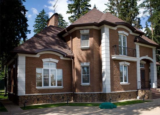 Фасад дома в стиле аглийском