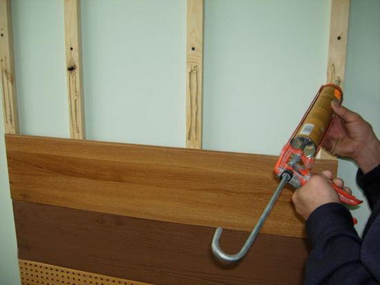Применяем жидкие гвозди для ПВХ панелей на фасаде частного дома 5