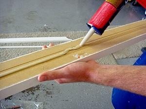 Применяем жидкие гвозди для ПВХ панелей на фасаде частного дома 1