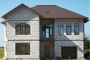 Оригинальная отделка фасада дома из газобетонных блоков 1