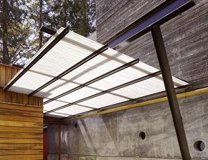 Простой навес над крыльцом из поликарбоната – фото и дизайн 1