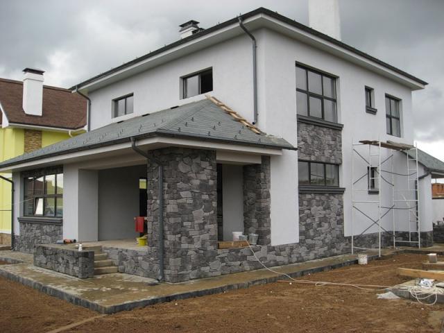 отделка фасада дома камнем и штукатуркой фото 13
