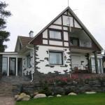 Красивая отделка фасада дома камнем и штукатуркой — фото