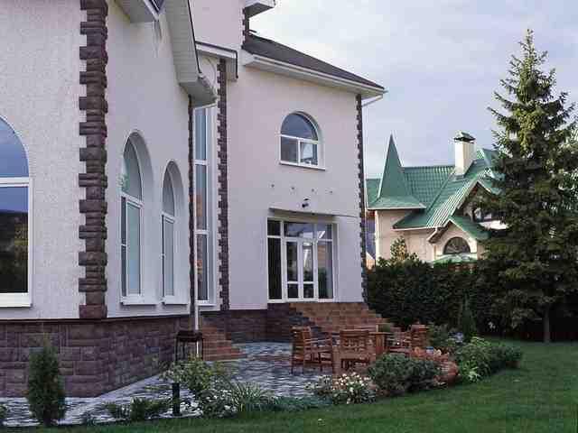 отделка фасада дома камнем и штукатуркой фото 3