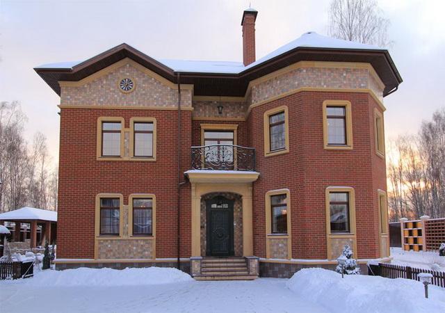 Красивые фасады кирпичных домов и коттеджей на фото 5