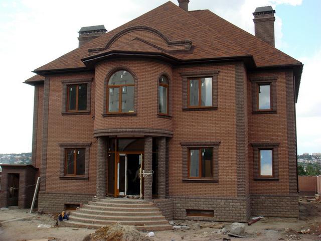 Красивые фасады кирпичных домов и коттеджей на фото 6