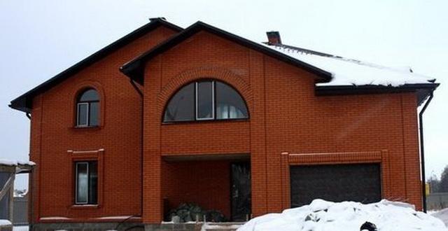 Красивые фасады кирпичных домов и коттеджей на фото 12