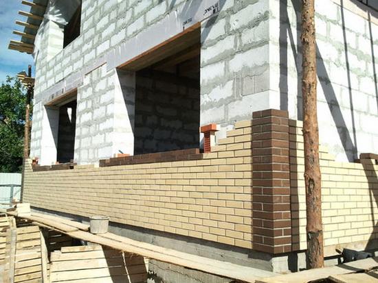 Оригинальная отделка фасада дома из газобетонных блоков 2