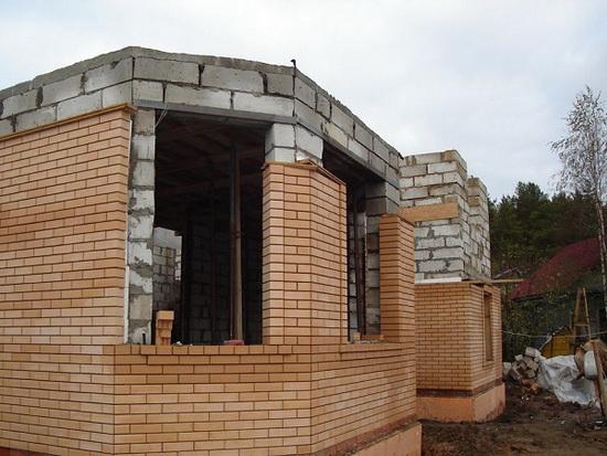 Оригинальная отделка фасада дома из газобетонных блоков 5