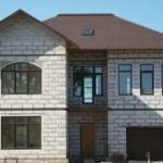 Оригинальная отделка фасада дома из газобетонных блоков