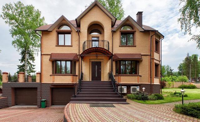 Красивые фасады кирпичных домов и коттеджей на фото 1
