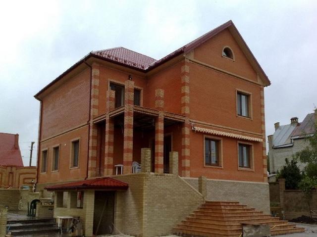 Красивые фасады кирпичных домов и коттеджей на фото 3