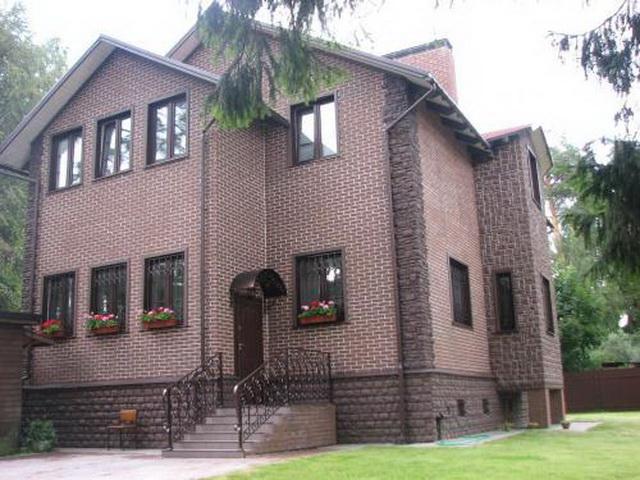 Красивые фасады кирпичных домов и коттеджей на фото 4