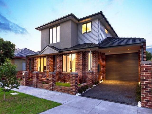 Красивые фасады кирпичных домов и коттеджей на фото 7