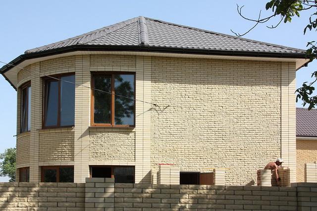 Красивые фасады кирпичных домов и коттеджей на фото 8