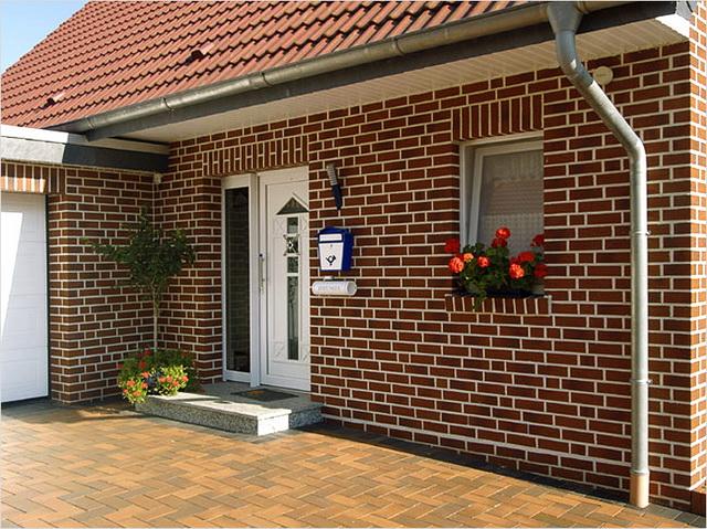 Красивые фасады кирпичных домов и коттеджей на фото 10