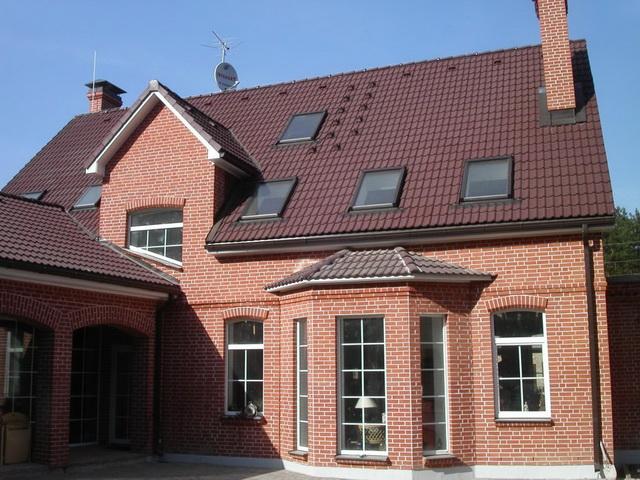 Красивые фасады кирпичных домов и коттеджей на фото 13